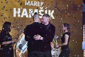 Milan Škriniar (2. miesto) gratuluje Marekovi Hamšíkovi, ktorý získal cenu Futbalista roka 2018.