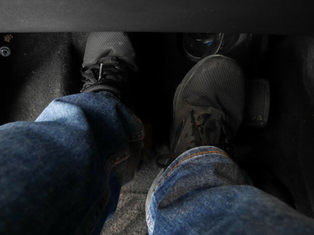 Snažte sa počas šoférovania stláčať ľavý pedál čo najmenej.