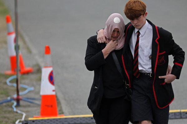Trúchliaci pri odchode z cintorína, kde pochovali obete útoku na mešity v meste Christchurch.