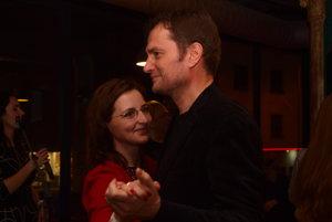 Igor Matovič tancuje s manželkou Pavlínou vo volebnej centrále.