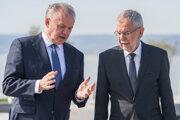 Rakúsky prezident Alexander Van der Bellen (vpravo), ktorý prijal prezidenta SR Andreja Kisku na rozlúčkovom stretnutí v burgenlandskej obci Weiden am See.