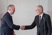 Prezident SR Andrej Kiska a prezident Rakúska Alexander Van der Bellen počas tlačovej konferencie.