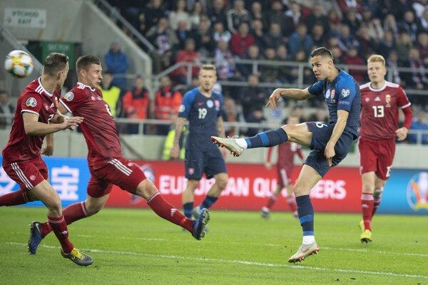Dávid Hancko strieľa na bránu v zápase Slovensko - Maďarsko v kvalifikácii na ME vo futbale 2020.