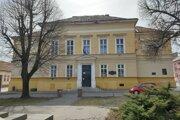 Priečelie budovy Základnej školy s materskou školou J. Kármána v Lučenci.