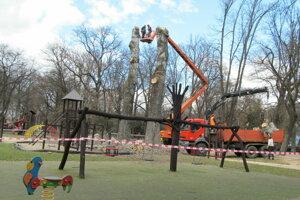 Topole na detskom ihrisku v parku.