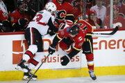 Slovenský hokejista v drese Ottawy Senators Christián Jaroš a hráč Calgary Flames Matthew Tkachuk počas zápasu zámorskej hokejovej NHL Calgary Flames - Ottawa Senators v Calgary 21. marca 2019.
