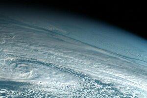 Satelitný záber z dňa a mieste, kde meteor vybuchol v atmosfére.