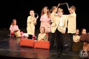 Malí herci sa predstavia na veľkom javisku.