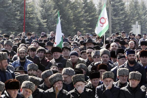 Protestujúci v ingušskom meste Nazran.
