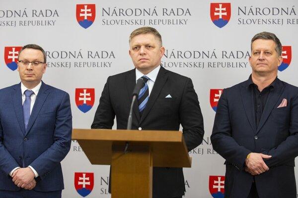 Na snímke zľava Tibor Bernaťák (SNS), Robert Fico (Smer-SD) a Tibor Bastrnák (Most-Híd) počas tlačovej konferencie šéfov poslaneckých klubov koaličných strán.