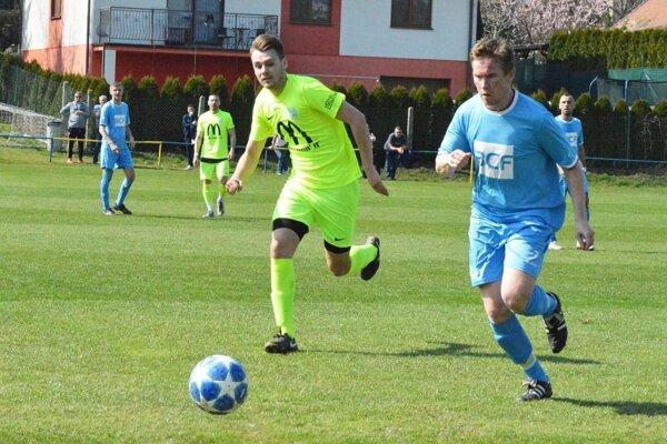 Jediný gól zápasu strelil Andrej Galbička. Vpravo Mário Mančík zo Solčian.