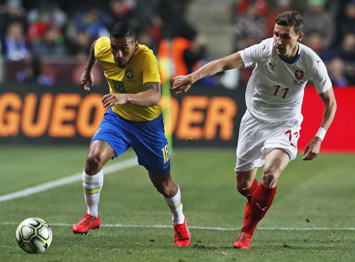 c076990f1 Hráč Brazílie Allan (vľavo) a hráč Česka David Pavelka v súboji o loptu v