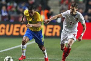 Hráč Brazílie Allan (vľavo) a hráč Česka David Pavelka v súboji o loptu v prípravnom zápase Česko - Brazília v Prahe 26. marca 2019.