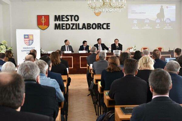 Predseda PSK Milan Majerský diskutoval v Medzilaborciach so zástupcami obcí, organizácií a firiem o súčasnom stave regiónu, ale aj o možných zlepšeniach, ktoré pomôžu okresu v jeho rozvoji.