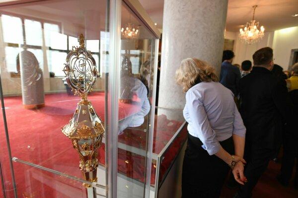 Návštevníci si prezerajú exponáty v Rektorskej sieni Univerzity Komenského počas otvorenia výstavy Insígnie pri príležitosti Dňa otvorených dverí na jednotlivých fakultách UK v rámci študentských osláv 100 rokov s Amosom v Bratislave.