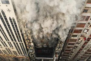 Požiar vypukol v 19-podlažnej kancelárskej budove v bangladéšskej obchodnej štvrti Banani.