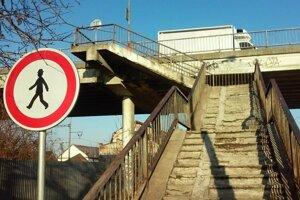 Chodci majú zákaz vstupu na schody nadjazdu.