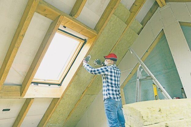 Ak má obnova priniesť úspory, zateplením musí prejsť aj strecha.