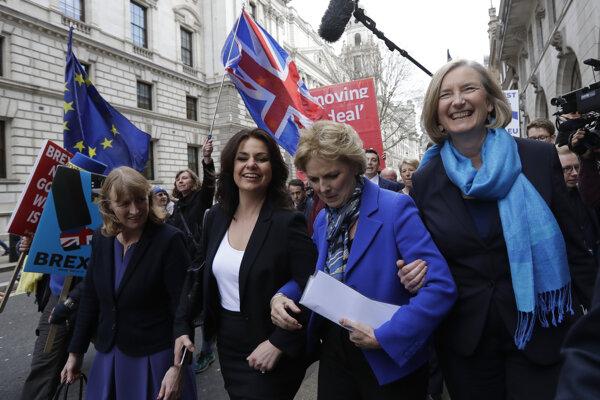 Heidi Allenová (druhá zľava) je dočasnou predsedníčkou strany. Do strany vstúpila aj ďalšia odídená z radov konzervatívcov Anna Soubreyová (druhá sprava).