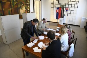 Volebná komisia čaká na prvého voliča počas 2. kola prezidentských volieb vo volebnej miestnosti v Trenčianskych Stankovciach.