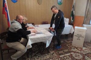 Na snímke vpravo volič a miestny chalupár Martin z Banskej Bystrice vo volebnej miestnosti v 2. kole prezidentských volieb v obci Počúvadlo.