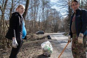 Dobiasovci pomáhajú s upratovaním dediny, kde žijú.
