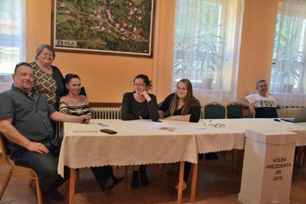 Volebná komisia v obci Píla. Predseda komisie Marian Psotka (úplne vľavo) sa vďaka ženskej časti nestíha nudiť.