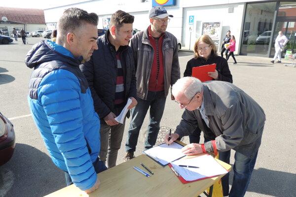 Vo volebný deň pribúdali aj podpisy pod petíciu žiadajúcu zachovanie sídla SVP v Banskej Štiavnici.