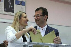 Turecký opozičný kandidát na post starostu Istanbulu Ekrem Imamoglu so svojou manželkou hlasuje v komunálnych voľbách.