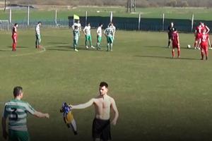 Kuriózny moment. Vylúčený gólman Maria Huty Schvarc podáva svoj dres spoluhráčovi z poľa Legátovi, ktorý ho v bráne nahradil.