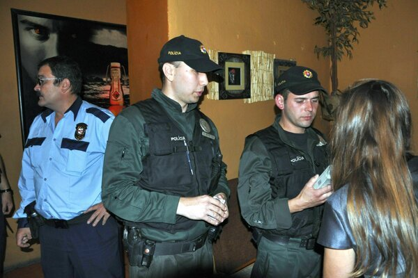 Policajti urobili raziu na koncerte.