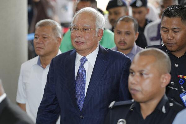 Najib Razak prichádza na súd.