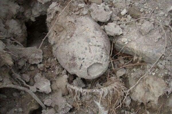 Nájdená bomba, fotka zo sociálnej siete. Riaditeľka vodární nám potvrdila, že sa našla pod svahom.