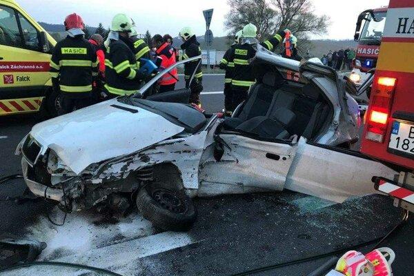 Pri nehode sa ťažko zranili dvaja muži sediaci vo Felicii.