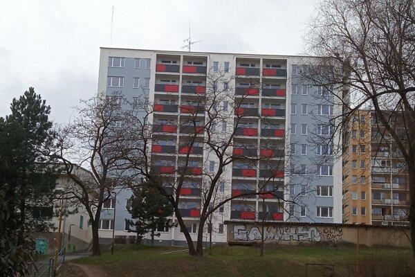 Sládkovičova ulica v Košiciach poskytne 54 vynovených nájomných (pôvodne sociálnych) bytov. Predpoklad je, že bytovku po rekonštrukcii sprevádzkujú v polovici roka 2019.