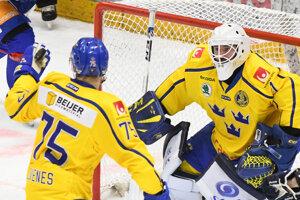Nebezpečenstvo pred švédskou bránkou sa snažia upokojiť brankár Jhonas Enroth a Lucas Elvenes.