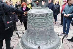 Zdobenie vo vrchnej časti zvona má svoju symboliku.