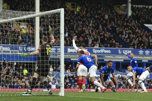 Phil Jagielka rozhoduje zápas Everton - Arsenal Londýn.