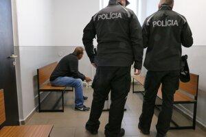 Policajti opitého vodiča autobusu zadržali. Vo väzení si môže posedieť až päť rokov.