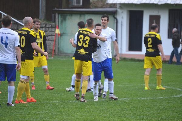 Veľké Bierovce/Opatovce (v bielom) zaskočili Brestovec.