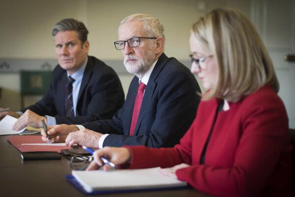 Vedenie labouristickej strany. Zľava Keir Starmer, predseda Jeremy Corbyn a Rebecca Long-Baileyová.