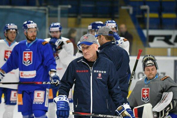 Tréner slovenskej hokejovej reprezentácie Craig Ramsay (uprostred) počas prípravy slovenskej hokejovej reprezentácie na májové 83. majstrovstvá sveta (MS) 2019 v ľadovom hokeji, ktoré sa uskutočnia v Bratislave a v Košiciach. Piešťany, 1. apríl 2019.