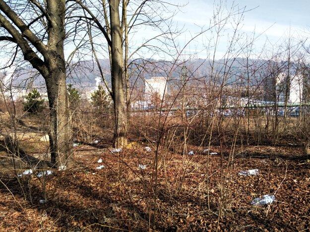 V lokalite sa hromadí odpad.