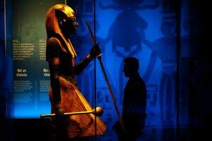 Návštevník prechádza okolo jednej z vystavených sôch.
