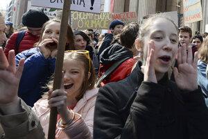 Učitelia pokračujú v štrajku.