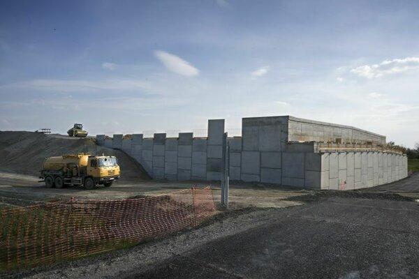 Z výstavby rýchlostnej cesty R7 južne od hlavného mesta a nultého obchvatu Bratislavy. Na snímke práce pri Dunajskej Lužnej.