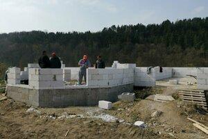 Dom V Spišskom Podhradí si Rómovia stavajú legálne.
