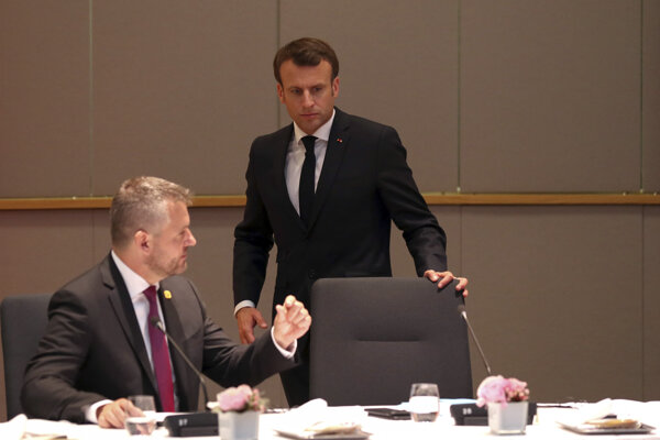 Slovenský premiér Peter Pellegrini (vľavo) a francúzsky prezident Emmanuel Macron.