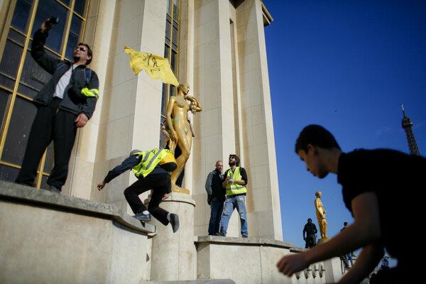 """Polícia bude podľa nového zákona postupovať už v sobotu, keď sa opäť očakávajú protesty hnutia """"žltých viest""""."""