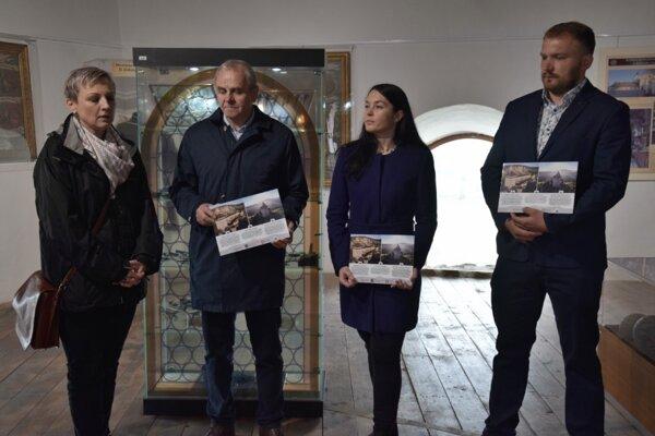 Predstavenie spoločného zľavového programu. Na fotke zľava:Timea Kovács, Ján Lunter,Viktória Tittonová, Peter Badinka.